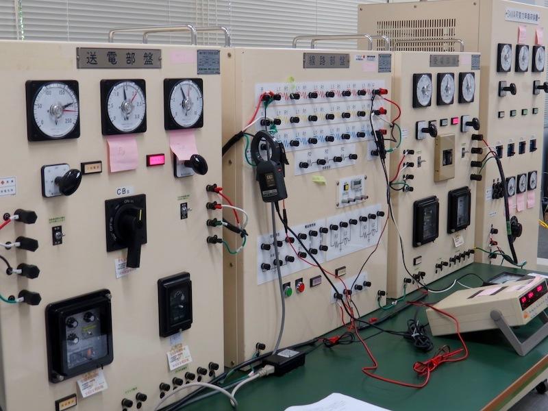 電力系の実験を行う3年生